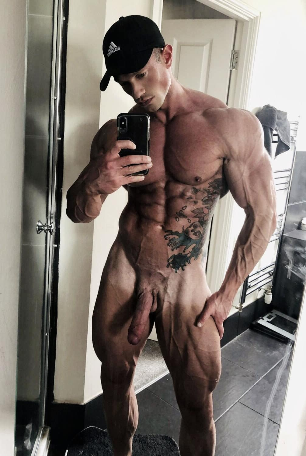 Veiny nude muscle boy